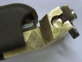 Bronzból készült fűtött pengetartó elem